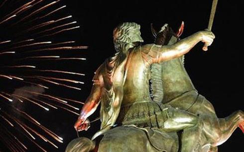 Συνελήφθῃ ὁ «ἐμπνευστὴς» τοῦ ἀγάλματος τοῦ Μεγάλου Ἀλεξάνδρου στὴν Βαρδάρσκα.