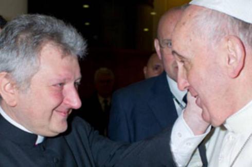 Ἐπιτρέπει ἡ καθολική ἐκκλησία τίς ἐρωτικές σχέσεις στούς ἱερεῖς της;