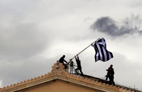 Ἡ κομματικὴ σημαία διχάζει.